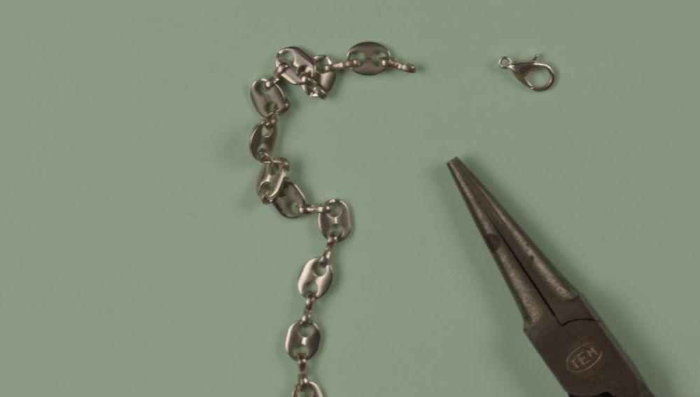 Como arreglar el enganche de una pulsera o colgante