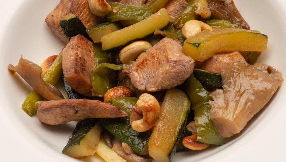 Pollo con setas y ajos frescos
