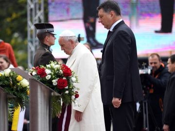 El Papa Francisco, junto al presidente letón, Raimonds Vejonis