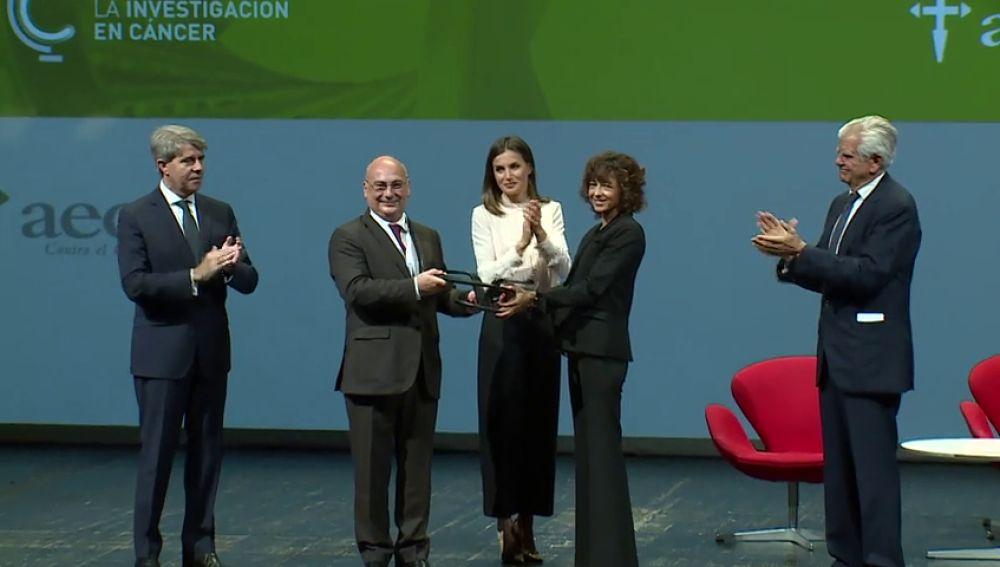 """La Reina Letizia agradece a los investigadores españoles el trabajo """"serio, solvente, transparente y riguroso"""" en la lucha contra el cáncer"""