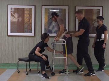 Un paciente con parálisis consigue andar gracias a estimulación electrónica y rehabilitación