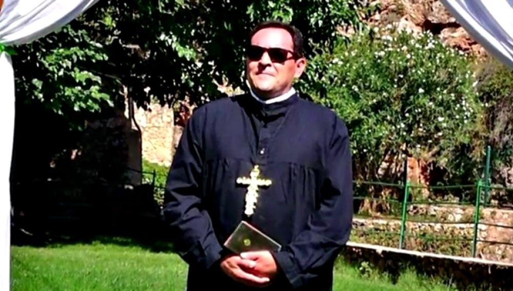 Críticas al alcalde de Ayna (Albacete) por disfrazarse de sacerdote para celebrar una boda civil