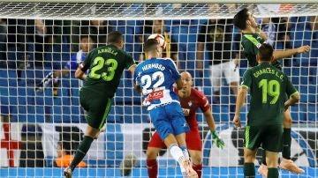 Mario Hermoso cabecea el balón que se convertiría en el 1-0 contra el Eibar