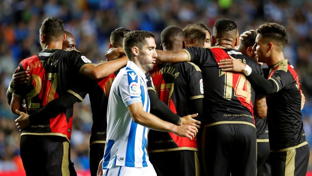 Los jugadores del Rayo celebran el gol de Advíncula frente a la Real Sociedad