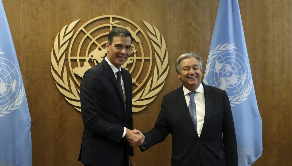 El presidente del Gobierno español, Pedro Sánchez, saluda al secretario general de la ONU, Antonio Guterres