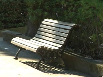 Dos ancianos pasan dos noches durmiendo en un parque de Oviedo tras ser desahuciados