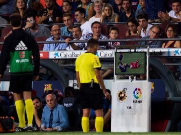 Gil Manzano revisa la acción de Lenglet con Pere Pons en el VAR