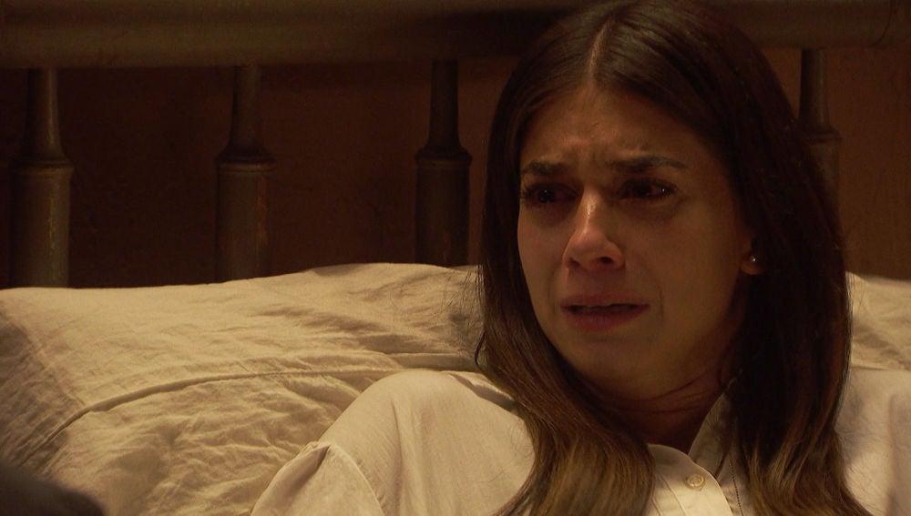 Elsa llora desconsoladamente al conocer la noticia de la muerte de su padre