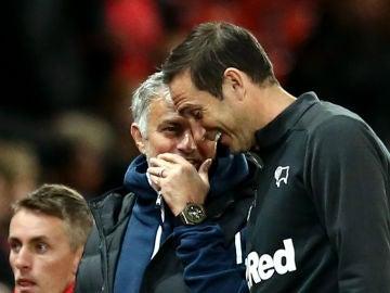 Mourinho y Lampard dialogan durante el United-Derby County