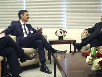 Pedro Sánchez habla con el presidente de Cuba, Miguel Díaz-Canel