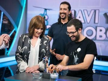 Marron sorprende a Carmen Maura con un robot de palo