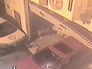 Detienen a tres hombres que en cuatro horas efectuaron tres robos en Barcelona por el método del 'alunizaje'