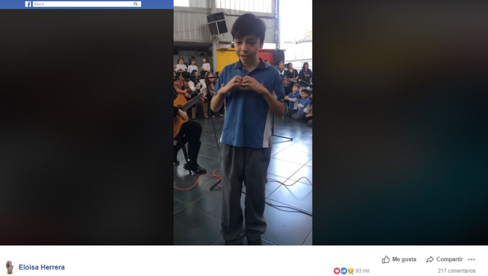 Interpreta una canción en lengua de signos a su madre sordomuda