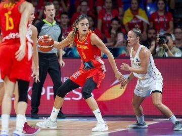 Marta Xargay postea ante Carpréaux en el España-Bélgica