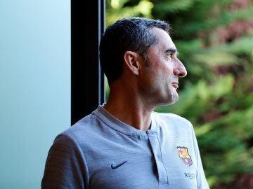 Ernesto Valverde entra en la sala de prensa del Barcelona