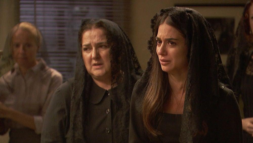 Elsa está convencida de que Antolina está implicada en la muerte de su padre