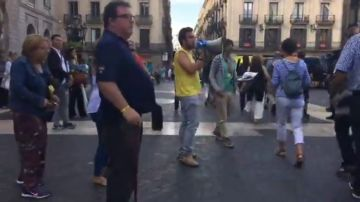 Los Mossos desalojan la acampada independentista de la Plaza de Sant Jaume