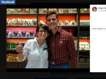 Carlos Duarte junto a Euge López, la empleada que difundió su CV escrito a mano