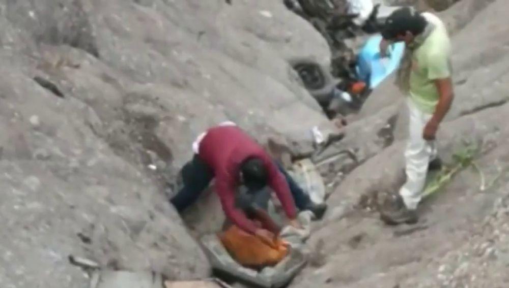 Mueren 21 personas en un coche de autobuses en Perú