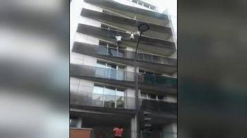 Condenan en Francia al padre del niño que fue rescatado de un balcón por un inmigrante maliense