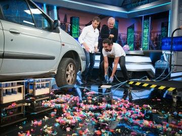 ¿Es posible levantar un coche con la ayuda de una jeringuilla?
