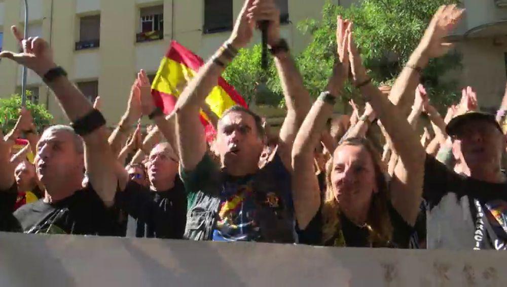 Policías y guardias civiles reclaman apoyo del gobierno contra las agresiones de radicales independentistas