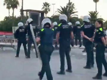 La Guardia Urbana de Barcelona carga contra un grupo de manteros en una zona del Puerto