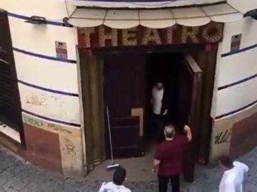 Rescatan a un joven que se quedó dormido en los baños de una discoteca
