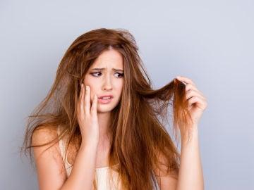 Mujer con cabello estropeado