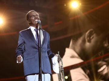 Belinda Washington nos emociona transformada en Louis Armstrong en 'What a wonderful world'