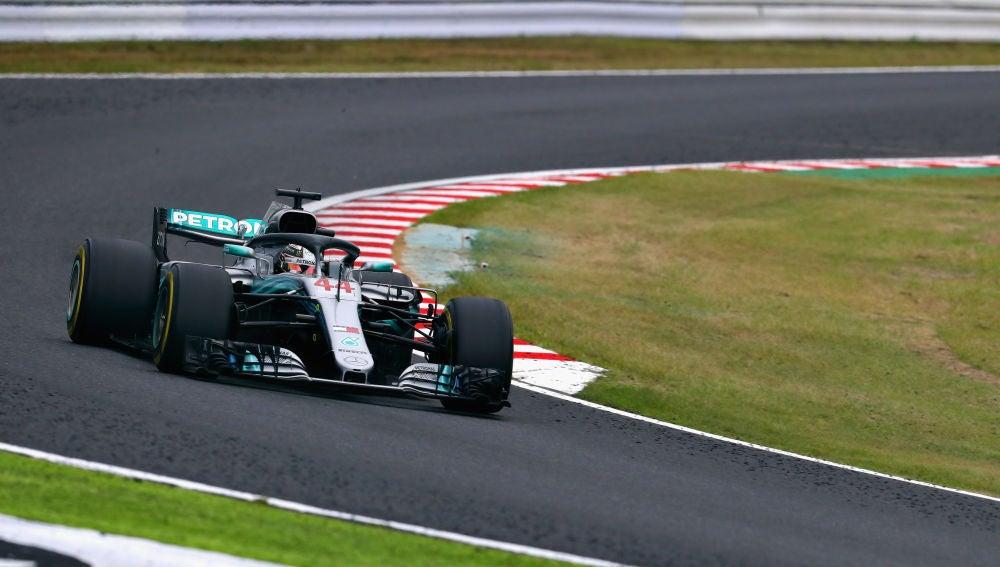 Lewis Hamilton pilota su Mercedes en Suzuka