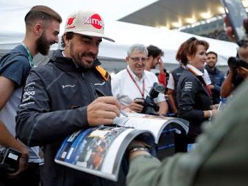 Fernando Alonso firma a un aficionado en el trazado de Suzuka
