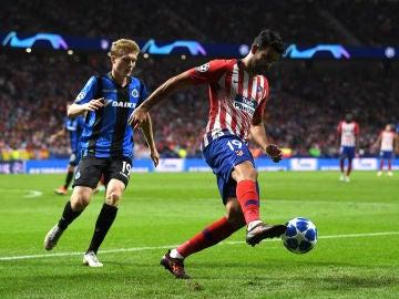 Diego Costa controla el balón en el partido ante el Brujas