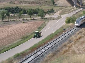 Comprobamos que es más rápido si un tractor o el AVE entre Zaragoza y Valencia