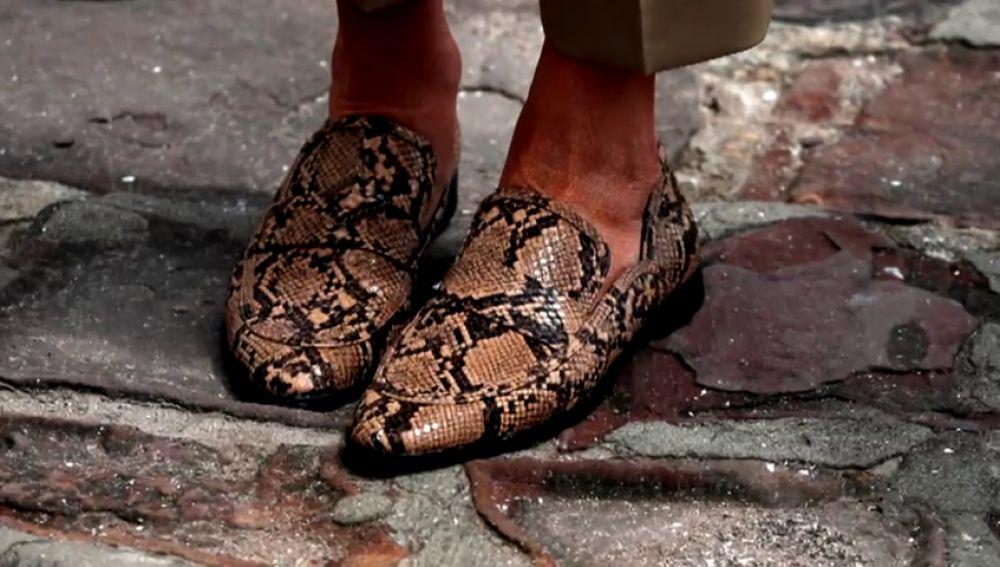 Polémica en el viaje de Melania Trump, por unos zapatos de leopardo y una gabardina de 1.400 euros