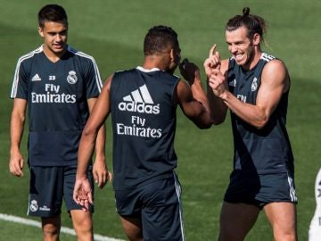 Gareth Bale bromea con Casemiro en Valdebebas