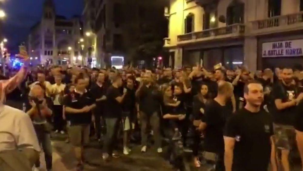 Los Mossos aplauden a la Policía durante la manifestación en Barcelona