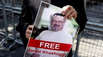 Un hombre sostiene una fotografía del periodista saudí desaparecido Jamal Khashoggi durante una manifestación por su desaparición