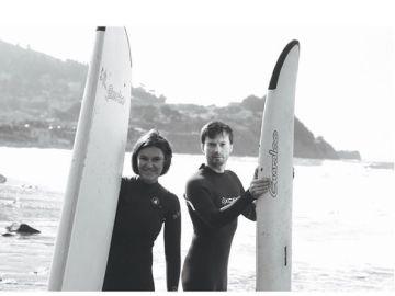 Eugenia Kuyda y Roman Mazurenko haciendo surf