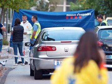 Miembros de la Policía científica de los Mossos d'Esquadra en el lugar donde el hombre asesinó a su esposa