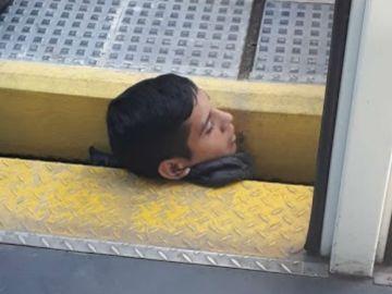 Rescate de un joven en una estación de tren en Argentina