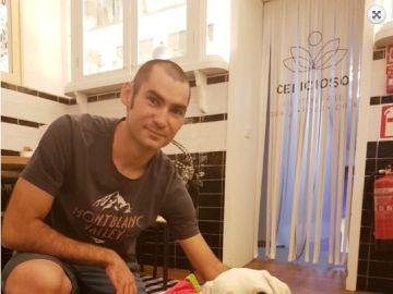 El ciclista Miguel Gil con un perro de la Fundación