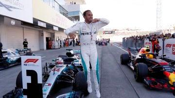 Hamilton celebra la victoria en Suzuka