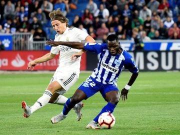 Wakaso protege un balón ante Luka Modric