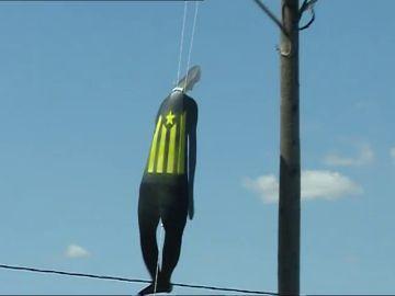 Aparecen muñecos 'colgados' de postes eléctricos con la estelada en Valencia