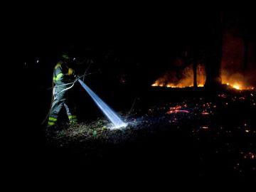 Un bombero intenta apagar las llamas