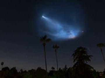 La estela de un cohete sorprende a California