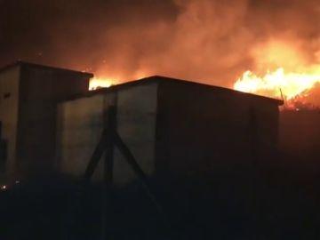 El incendio en Mondariz sigue sin control pero ya no amenaza a las casas