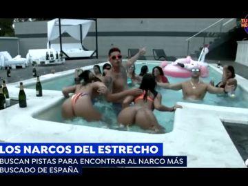 Chicas ligeras de ropa en una cama redonda: el vídeoclip donde reaparece el narco más buscado de España