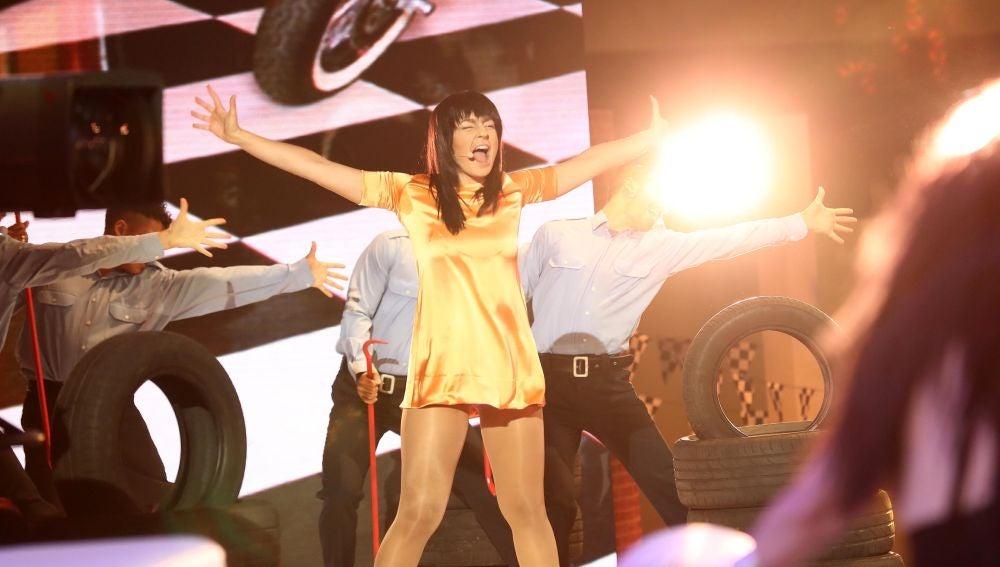 Mimi realiza una mágica actuación de 'It's oh so quiet' como Björk